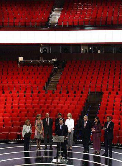 Las autoridades, en el escenario de la sala principal de los teatros.