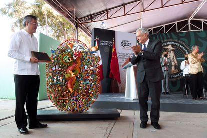 El embajador chino en México, Zhu Qingqiao, y el presidente Andrés Manuel López Obrador en la disculpa pública de esta mañana.