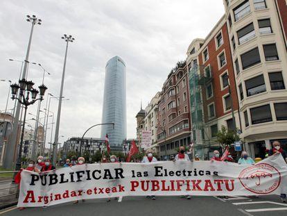 Pensionistas se manifiestan en Bilbao en contra de la subida del precio de la luz.