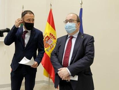 Miquel Iceta (derecha), este jueves en Bilbao con el delegado del Gobierno en el País Vasco, Denis Itxaso.