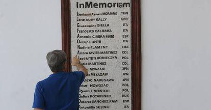 Placa en recuerdo de los muertos en el Museo del Bardo, en Túnez.