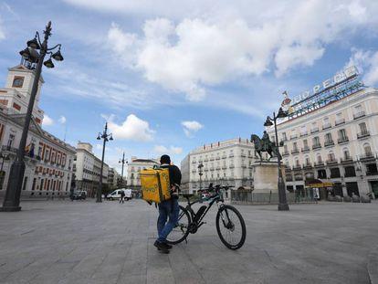 Un repartidor de la empresa Glovo en la Puerta del Sol.
