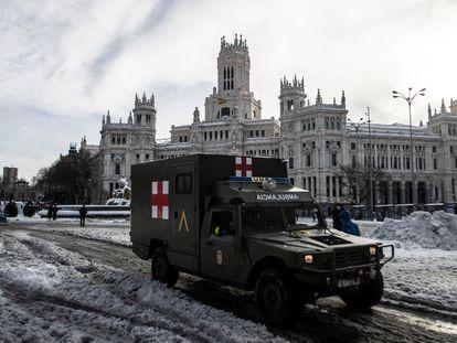 Ambulancia del Ejército en la plaza de Cibeles de Madrid, este domingo.
