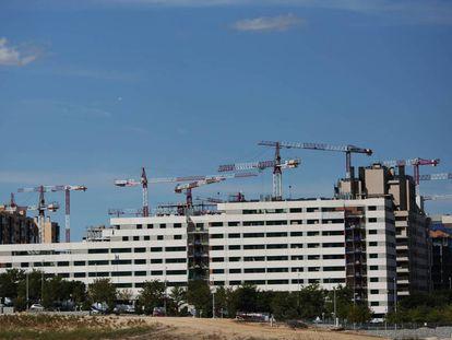 Obras de construcción de viviendas, el año pasado en Valdebebas (Madrid).
