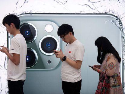 Varias personas hacen cola para probar el iPhone 11 Pro en Hong Kong.