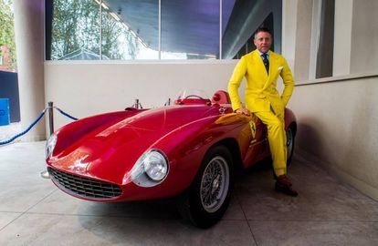 Lapo Elkann posa junto a un Ferrari en 2017.