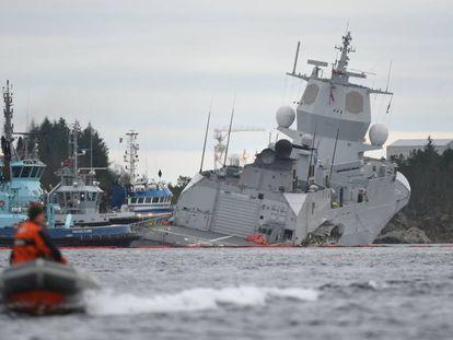 La fragata noruega 'KNM Helge Ingstad', tras colisionar con un petrolero. En vídeo, así fue el accidente.