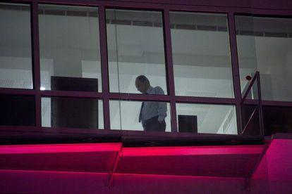 Jean-François Copé, visto hoy a través de una ventana de la sede de la UMP.