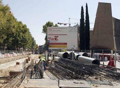 Obras financiadas por el Plan E del Gobierno en la calle Serrano de Madrid.