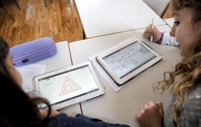 Dos alumnas trabajan con tabletas en el colegio Isabel la Católica de Madrid.