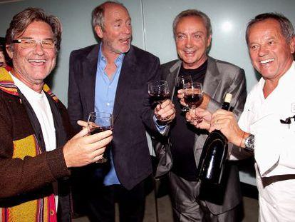 Kurt Russell, a la izquierda, brinda durante una fiesta con el fotógrafo Greg Gorman, el actor Udo Kier y el cocinero Wolfgang Puck.