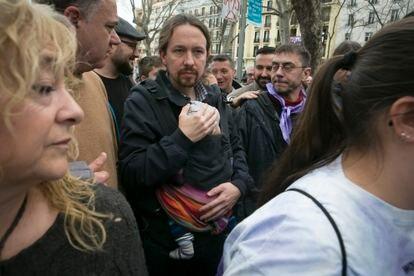 Pablo Iglesias, con su hija pequeña, en la manifestación del pasado domingo en Madrid.