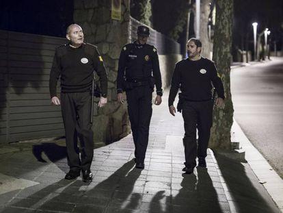 Dos guardias jurados acompañan a un policía municial de Premià de Mar.