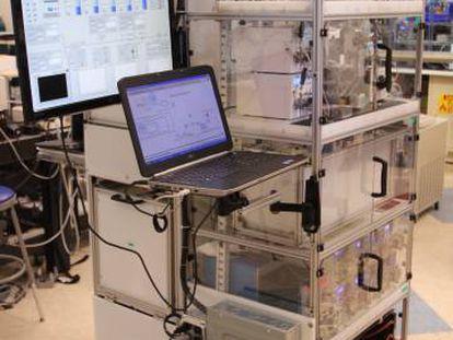 Este aparato, construido por investigadores del MIT, puede configurarse para fabricar distintos fármacos. (Cortesía de los investigadores).