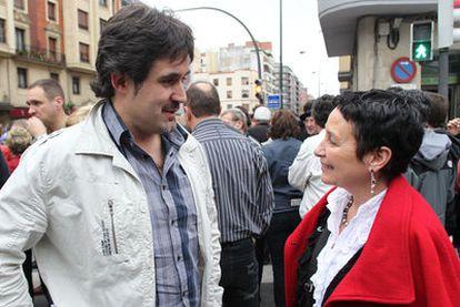 El secretario general de EA, Pello Urizar, ayer en la manifestación junto a la dirigente de la izquierda <i>abertzale</i> ilegalizada, Jone Goirizelaia.