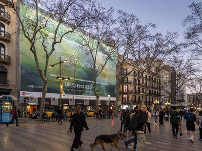Publicidad de telefonía móvil en La Rambla de Barcelona.