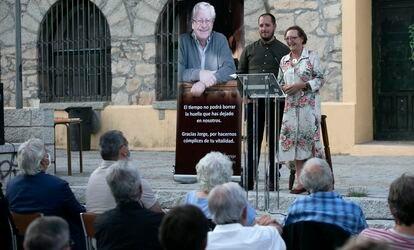 Homenaje a Jorge Martínez Reverte, en Bustarviejo, con su mujer, Mercedes Fonseca, y su hijo, Mario Martínez, en el estrado.
