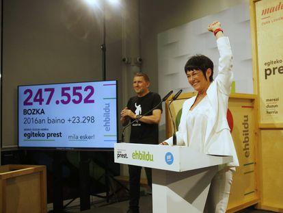 Maddalen Iriarte, puño en alto, celebra el domingo por la noche los resultados electorales de EH Bildu.