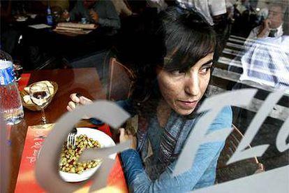 Carolina Alguacil, la joven que acuñó el término de <i>mileurista,</i> en un restaurante de Barcelona de a siete euros el menú donde va a comer algunos días al mes.
