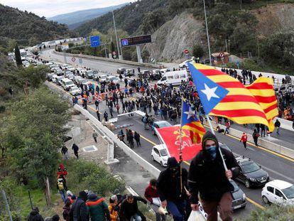 La autopista que enlaza España y Francia en La Jonquera, cortada por manifestantes independentistas.
