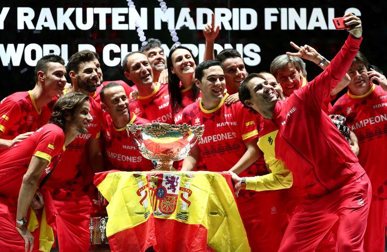 Los integrantes del equipo español celebran el título conseguido en noviembre de 2019, en la Caja Mágica.