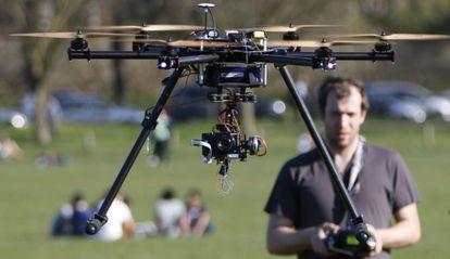 Un dron utilizado por la prensa. / CHARLES PLATIAU (REUTERS)