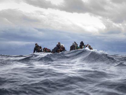 Inmigrantes de Marruecos y Bangladesh reaccionan ante la llegada de los trabajadores humanitarios de Open Arms en el mar Mediterráneo frente la costa libia, en enero.