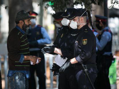 Agentes de la Policía Nacional identifican a una persona en Barcelona, este viernes.