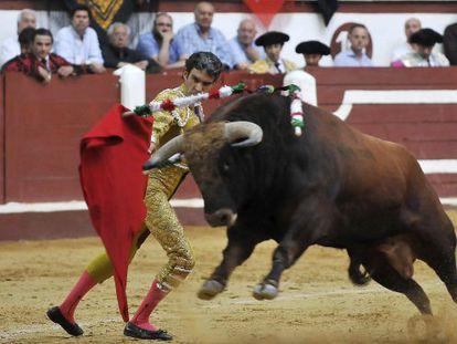 José Tomás da un pase a su toro en la Feria de León.