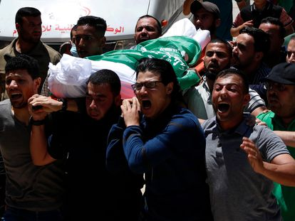 El cuerpo de un militante de Hamás es transportado por un grupo de hombres el 13 de mayo.