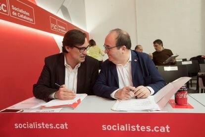 Salvador Illa charla con el entonces primer secretario del PSC, Miquel Iceta, en marzo de 2018.