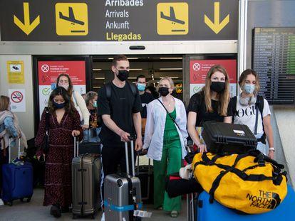 Turistas en el aeropuerto de Son San Joan, Mallorca, este lunes.