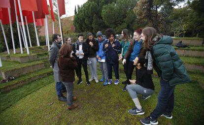 El director de RESAD, con un grupo de alumnos.