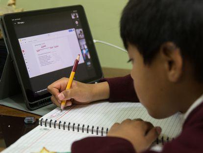 Un estudiante en Ciudad de México sigue las clases en línea.