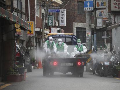 Labores de desinfección en las calles de Seúl.