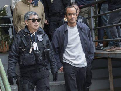 Marcelo Odebrecht escoltado por la policía en 2015.
