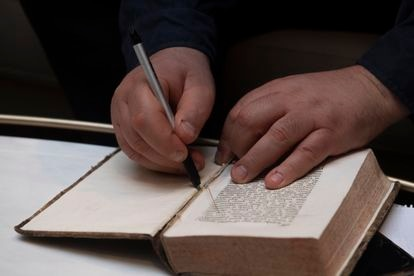 De Caro hace una simulación de como se pudo robar el libro de Galileo en la Biblioteca Nacional.
