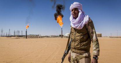 Un tuareg ante el tercer pozo de petróleo más grande de Libia, en febrero.