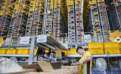 Un empleado de Suning, en la zona en la que los productos son separados por unidades y guardados en paredes verticales robotizadas de 24 metros de altura.