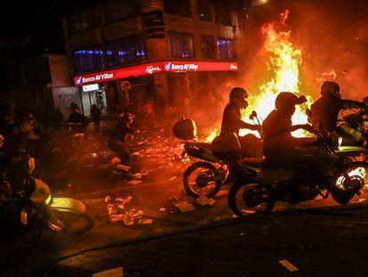 Bogotá, tras una noche de caos que dejó un saldo de al menos 10 jóvenes muertos y destrozos de instalaciones policiales.