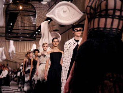 Carrusel de modelos en el desfile de Dior de este lunes en París.