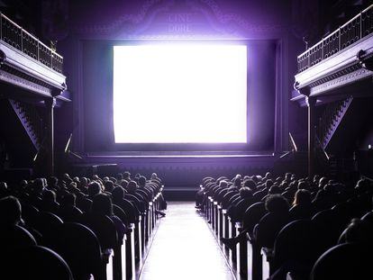 Sala 1 de los Cines Doré, durante el visionado de una película vespertina.