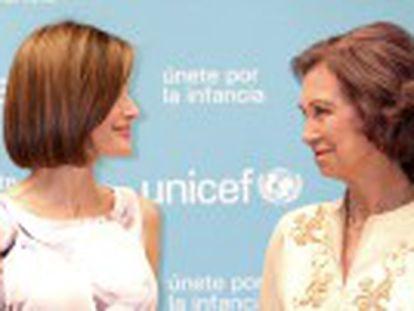 La esposa de Felipe VI entrega a la madre del Rey el premio Joaquín Ruiz-Giménez del Comité Español de UNICEF