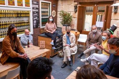 Encuentro en un bar de Salamanca para hablar de la vuelta a la vida de calle de los estudiantes de Erasmus.