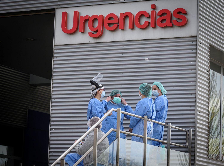 Personal sanitario en la entrada de urgencias en el hospital de Alcalá de Henares, este domingo