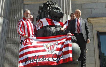 Diputados del PNV colocan una bufanda del Athletic de Bilbao a un león del Congreso de los Diputados.