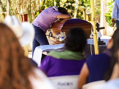 La hija del líder yaqui Tomás Rojo llora durante el entierro de su padre en Vícam, Sonora, el pasado 10 de julio.