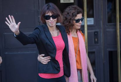 Juana Rivas, con chaqueta negra, el pasado martes en los juzgados de Granada.