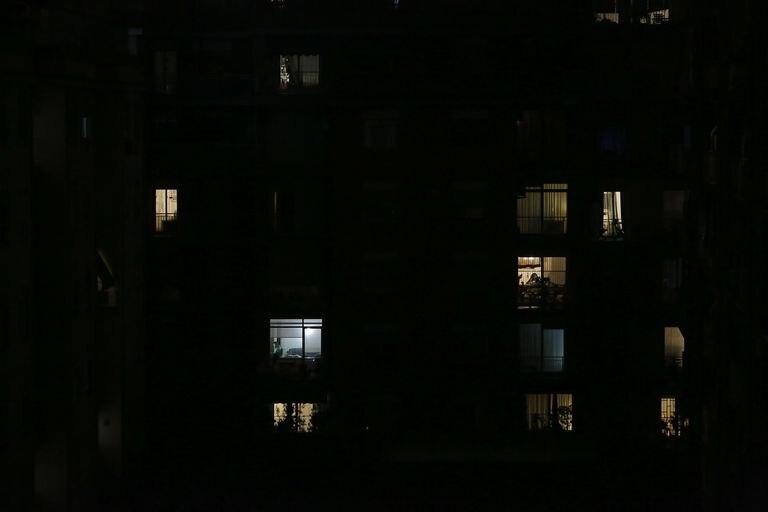 Por la noche, las luces de interior también hablan: un blanco azulado, un ocre intenso, un punto que titila en las entrañas...