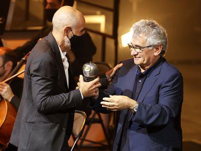 El director Alfredo Sanzol recibe de manos del escritor Bernardo Atxaga el premio a mejor espectáculo de teatro por la obra 'El bar que se tragó a todos los españoles'.